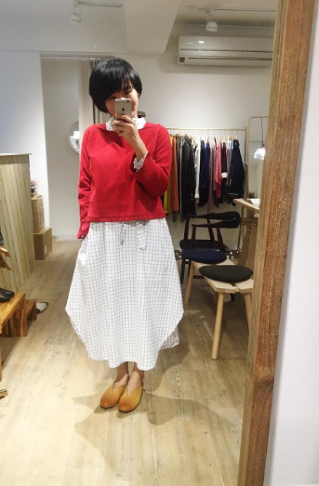 老幫手冬季穿搭-休日時光紅色小岔袖有機棉上衣+白色格紋長袖洋裝