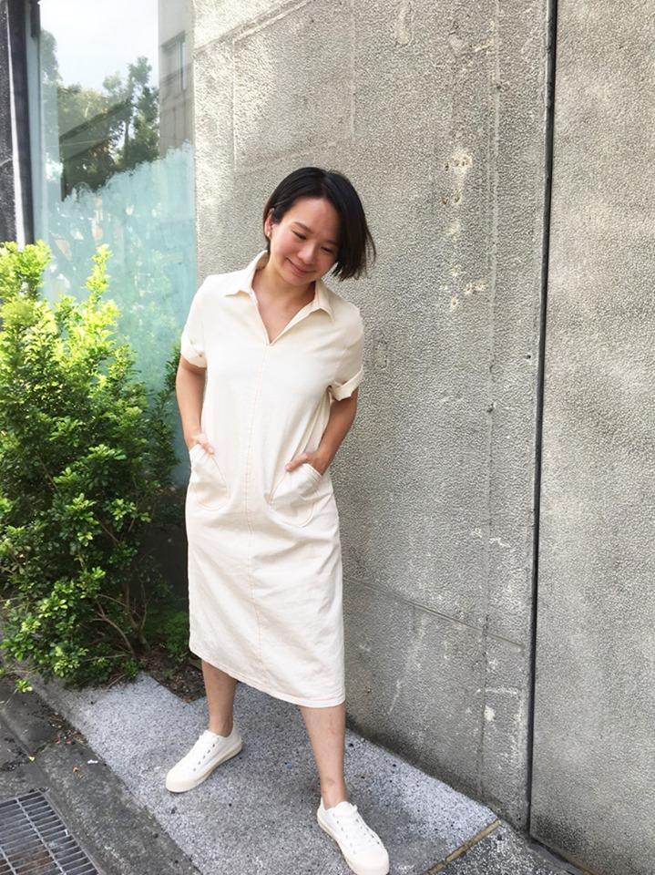 小眾生活壓線大口袋白色丹寧短袖洋裝搭配真皮軟餅乾小白鞋