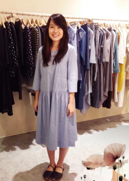 魚市場 怡怡老師穿藍色狂想美背排釦七分袖洋裝