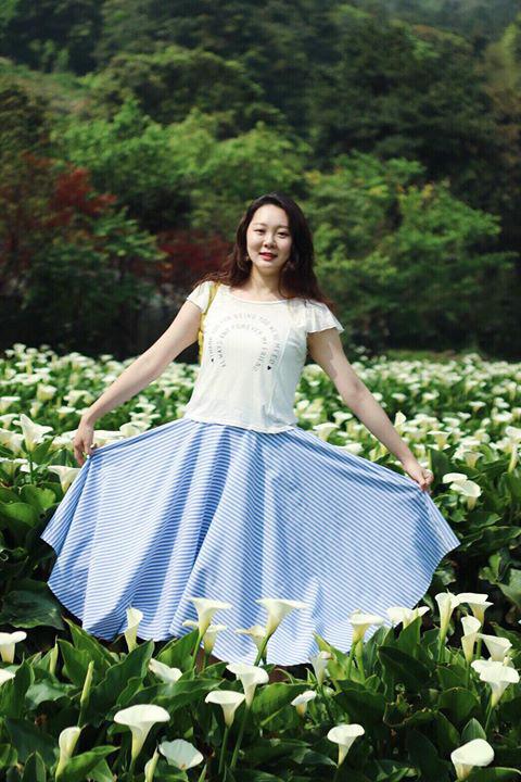 顧客實穿曉光清晨流線條紋造型圓裙賞海芋